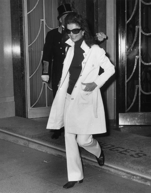 לא לפחד ממכנסיים לבנים. קחו דוגמה מג'קי קנדי  (צילום: gettyimages)