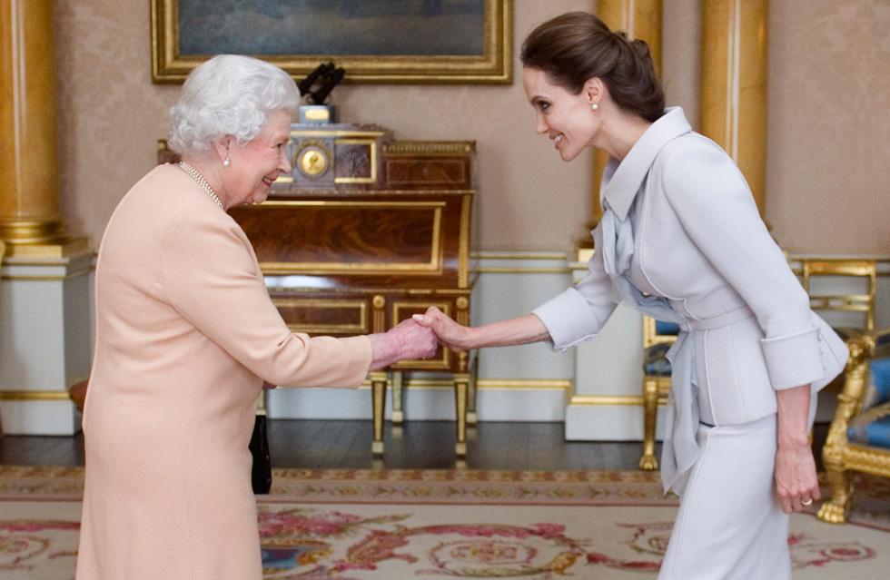 אנג'לינה ג'ולי והמלכה אליזבת בהפגנת חיבה לצבעים הבהירים  (צילום: gettyimages)