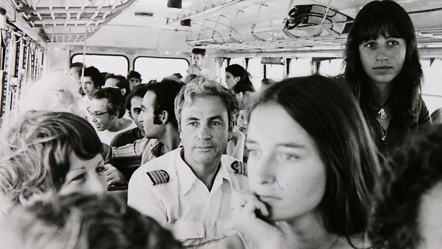 Air France pilot Michel Bacos, in uniform, returning from Entebbe with the other hostages (Photo: David Rubinger)
