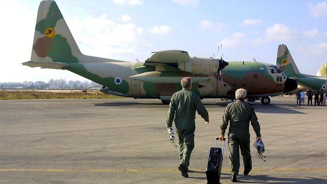 The original Entebbe operation flight crew heading for a Hercules plane used in the operation during a reenactment 25 years later (Photo: Shaul Golan)