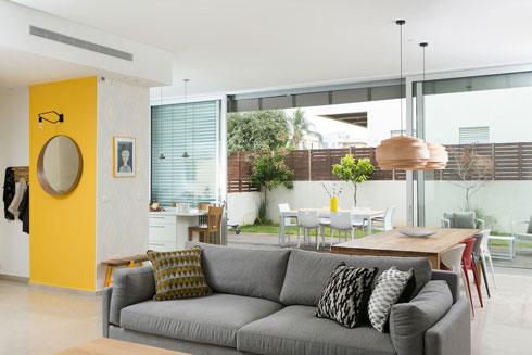 מאחורי קיר המבואה הצהוב נמצא המטבח (צילום: שירן כרמל)