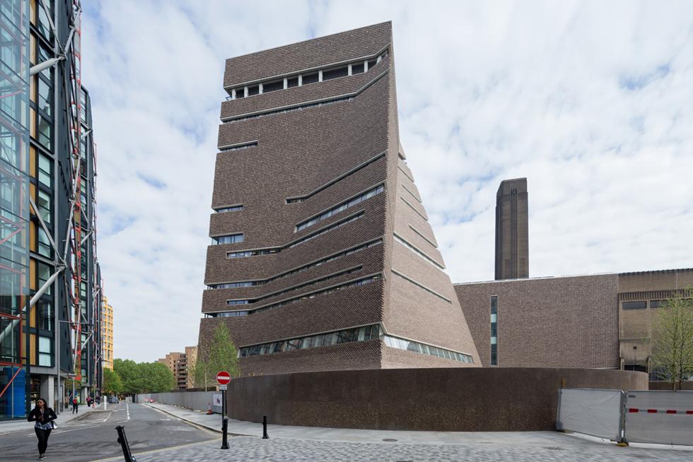 הפירמידה מלפנים, האגף הישן מאחור ומגדל העשירים Neo Bankside בתכנונו של ריצ'רד רוג'רס משמאל. בית רפאים שהדיירים בו הם עובדי הניקיון (צילום: Iwan Baan)