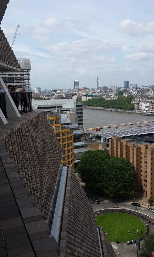 מבט מהמרפסת הפנורמית על הגג. זווית אחרת על טקסטורת הלבנים במעטפת (צילום: בועז רותם)