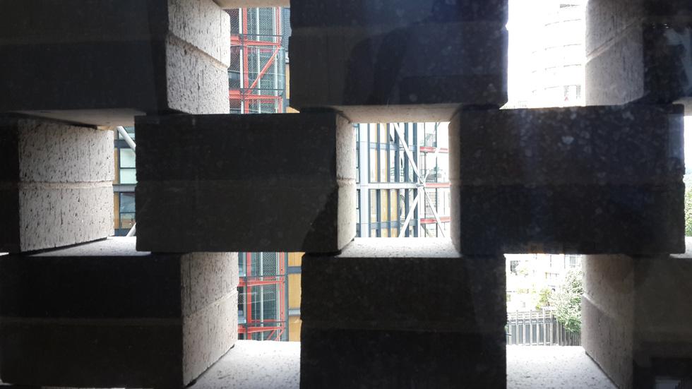 אלמנט הלבנים במבט מקרוב. האדריכלים מדברים על חומר בנייה לונדוני, אבל הבחירה הראשונית שלהם הייתה אחרת לגמרי (צילום: בועז רותם)