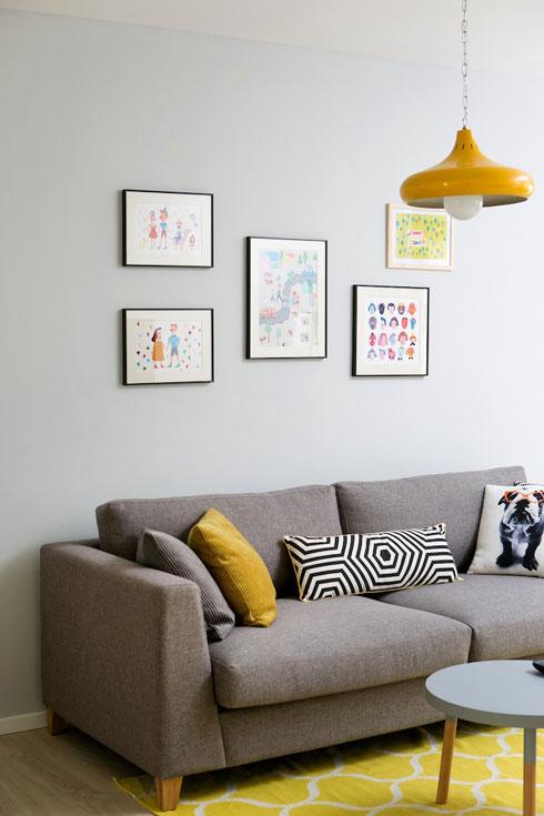 חדרי השינה מקיפים פינת טלוויזיה בצבעים שחוזרים בקומה (צילום: שירן כרמל)