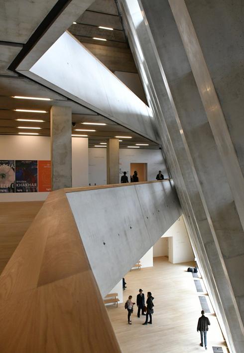 במבואות הקומות הראשונות הרחבות יותר בשטחן, הרצפה נסוגה מהחזית ויוצרת הדגשה של הניתוק הקונסטורטיבי בין החזית ושאר מרכיבי המגדל יחד עם קשרי מבט בין הקומות (צילום: REX/asap creative)
