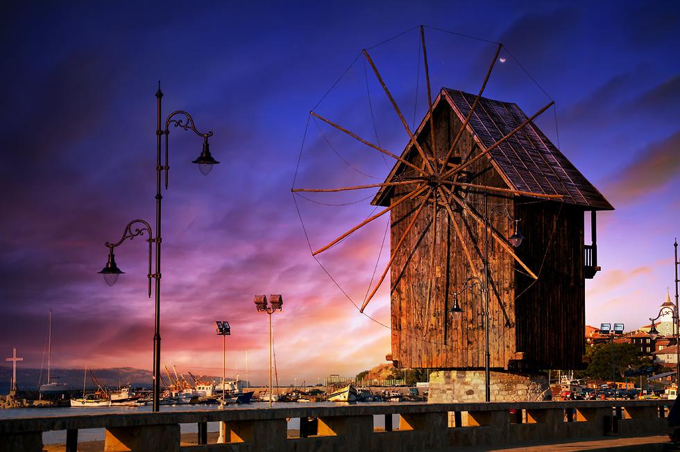 תחנת הרוח העתיקה בנסיבר ברקע השקיעות המהממות של עיירת הקיט הבולגרית (צילום באדיבות קשרי תעופה) (צילום באדיבות קשרי תעופה)