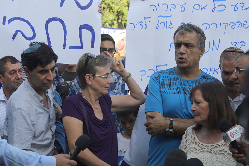 The Goldin and Shaul families at their protest tent outside the Prime Minister's Residence (Photo: Gil Yohanan)