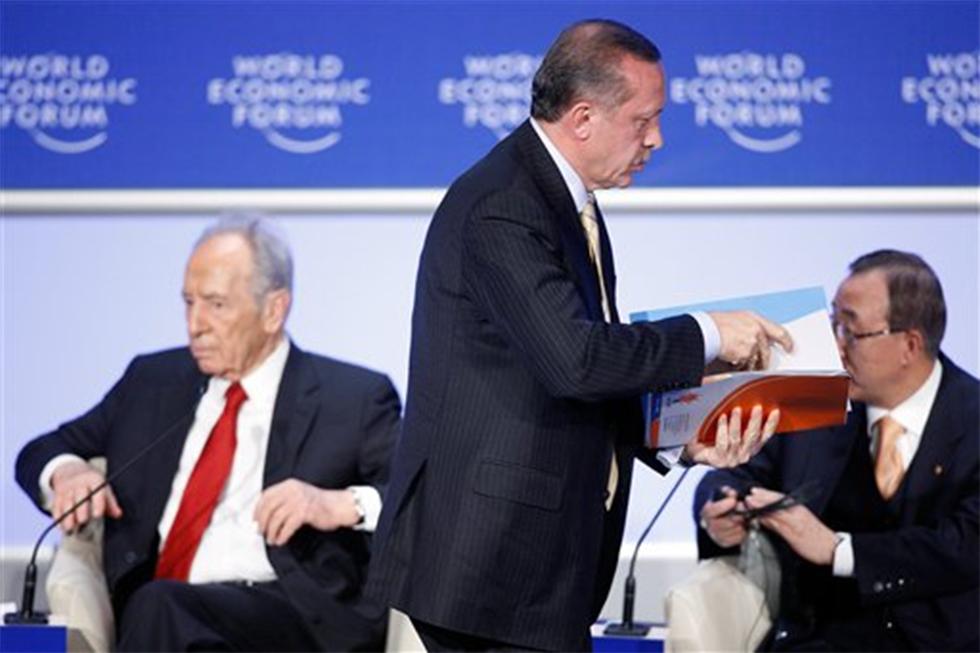 2009: ארדואן עוזב בזעם את הפאנל שבו השתתף פרס (צילום: AP) (צילום: AP)