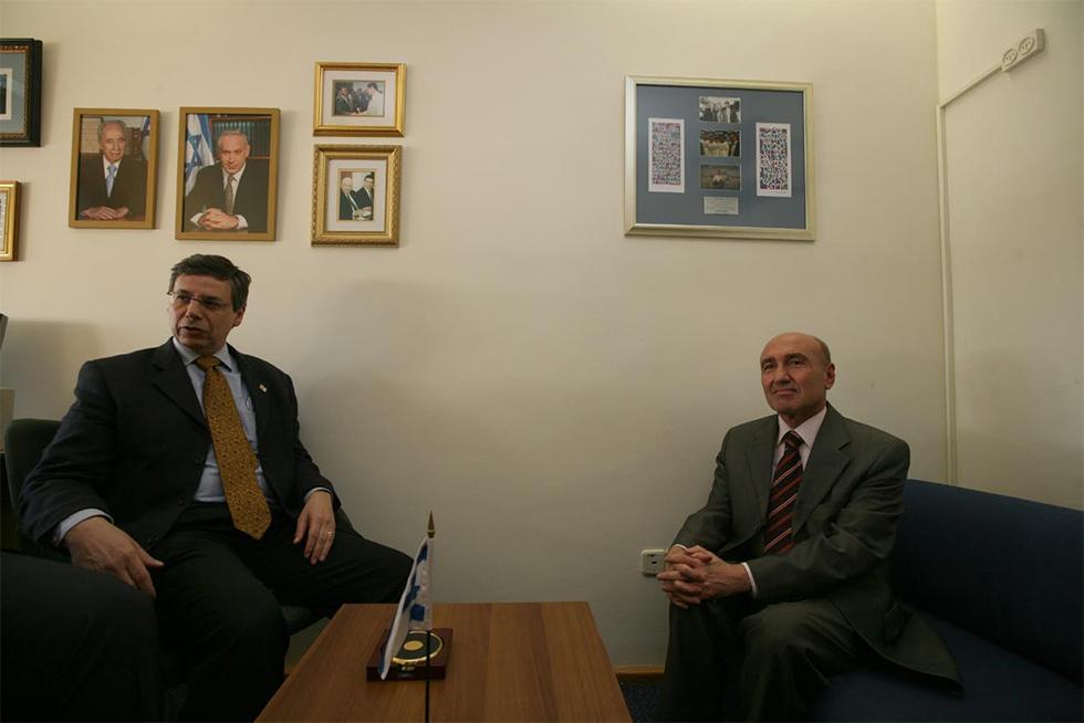 2010: השגריר הטורקי צ'ליקול על הכיסא הנמוך (צילום: גיל יוחנן) (צילום: גיל יוחנן)