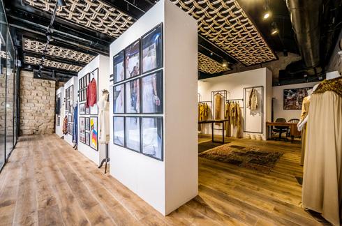 מאחורי הקיר המוזיאלי נחשף חלל המכירה רחב הידיים (צילום: איתי סיקולסקי)