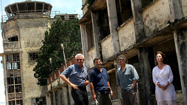 Commandos Amir Ofer (second on the right) and Amnon Peled (second on the left) return to the old terminal in Entebbe with Yehoshua Shani, the commander of the Hercules squadron during the operation and Michal Varshevski, one of the hostages (Photo: Abigail Uzi)