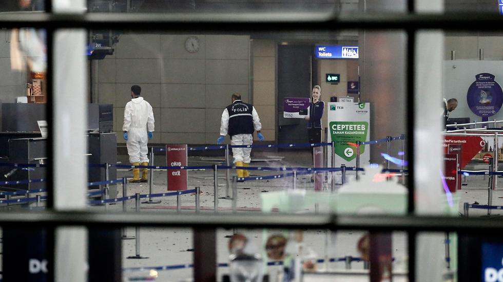 ההרס האדיר בשדה התעופה אטאטורק, אמש (צילום: EPA) (צילום: EPA)