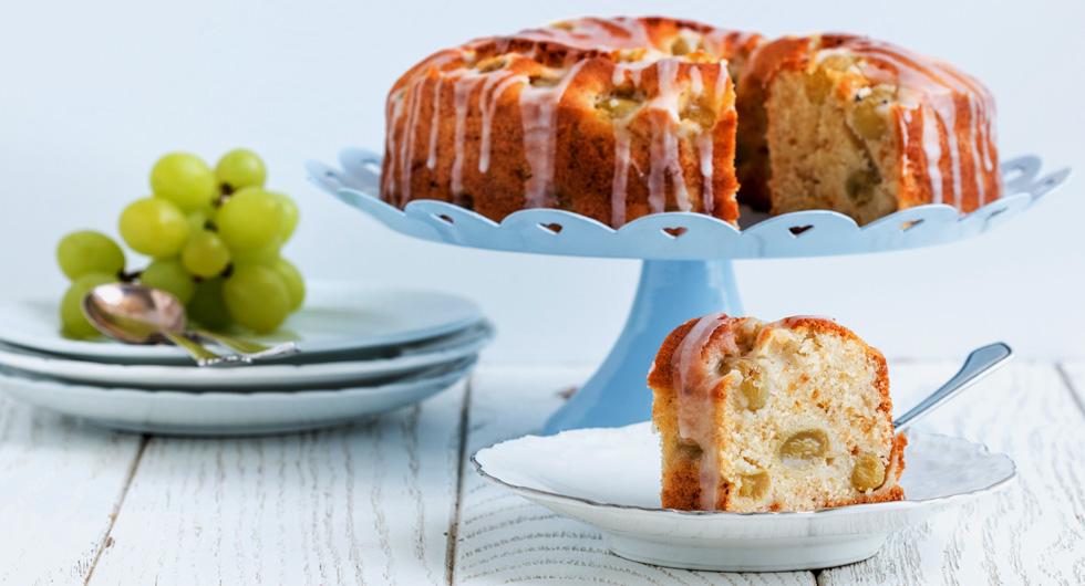 מרקם חמאתי ועדין. עוגה בחושה עם ענבים (צילום: אולגה טוכשר)