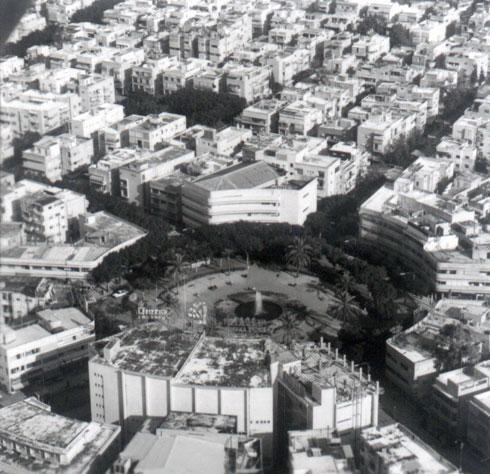 הפקקים שהביאו להגבהת הכיכר ב-1976 נגרמו מתעבורה נמוכה בהרבה ביחס למצב הנוכחי (צילום: וילי פולנדר)