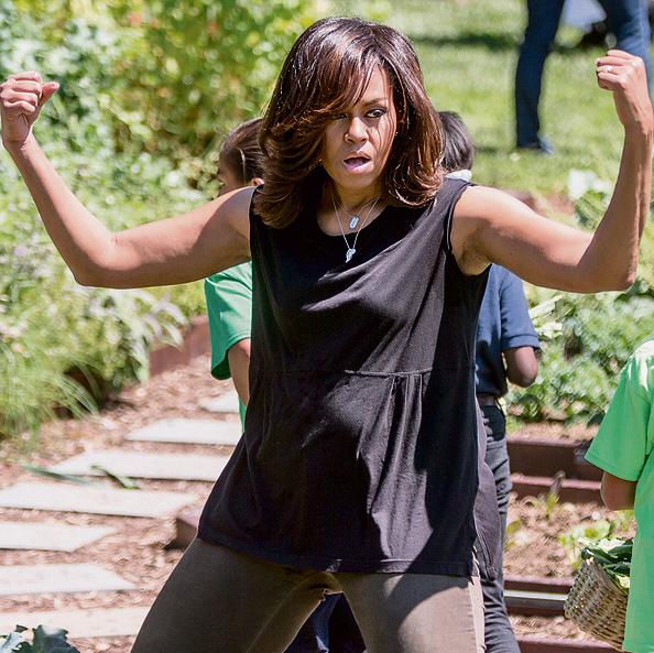 """מישל אובמה ותלמידים. הנהיגה את רפורמת המזון והפעילות הגופנית בבתי ספר בארה""""ב   צילום: איי.פי"""