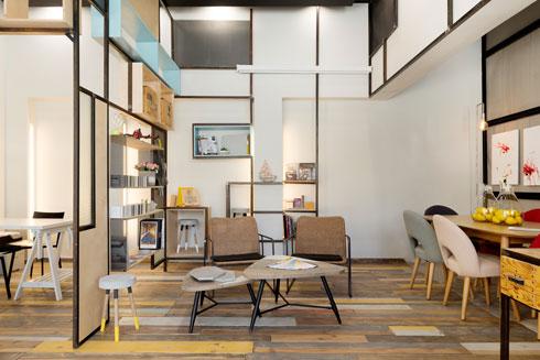 טרקלין בבאר שבע, בעיצוב שני כהן. חלל עבודה קטן וחינמי למעצבים, לאדריכלים ולקוחותיהם (צילום: גדעון לוין)