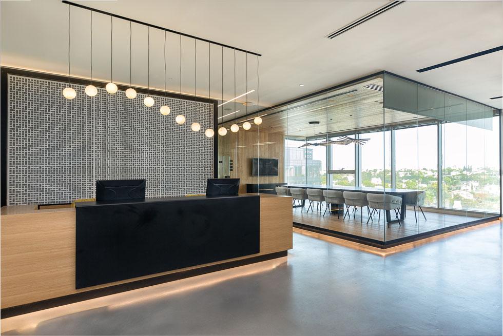 דלפק הקבלה וחדר ישיבות בקוביית זכוכית. מחיר עמדת עבודה במרחב המשותף של ריג'ס הוא 750 שקל בחודש (צילום: שרון צרפתי)