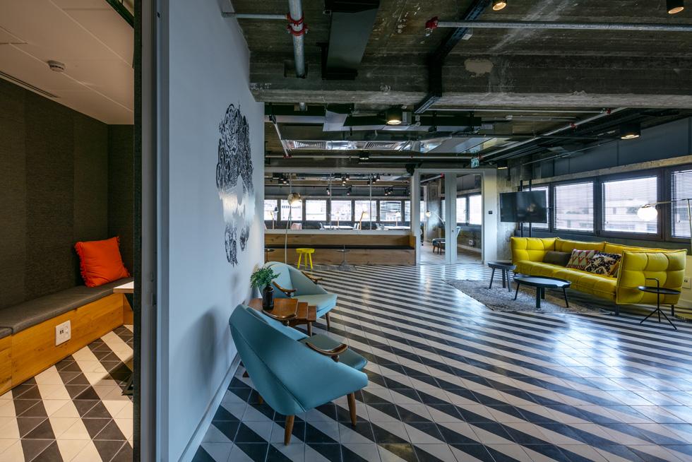 משרדי רייז בשדרות רוטשילד בתל אביב, בתכנון מעוז פרייס. חלל הכניסה רוצף אריחי גלוסקא בשחור-לבן (צילום: עוזי פורת)