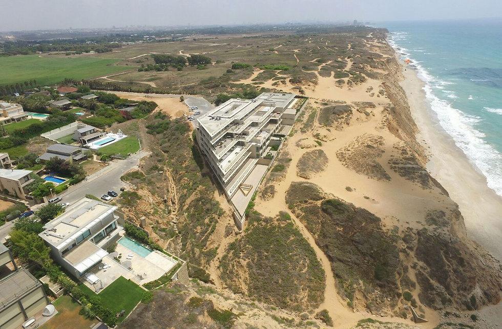 דירה בבניין הזה מוצעת למכירה ב-55 מיליון שקל (צילום: גיא אופיר) (צילום: גיא אופיר)