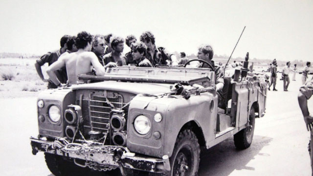 Sayeret Matkal soldiers near one of the Land Rovers after returning from the rescue mission; driving: Eyal Yardenai, to his right: Shlomi Reisman, Yaakov Gilenberg, Danny Dagan and others.