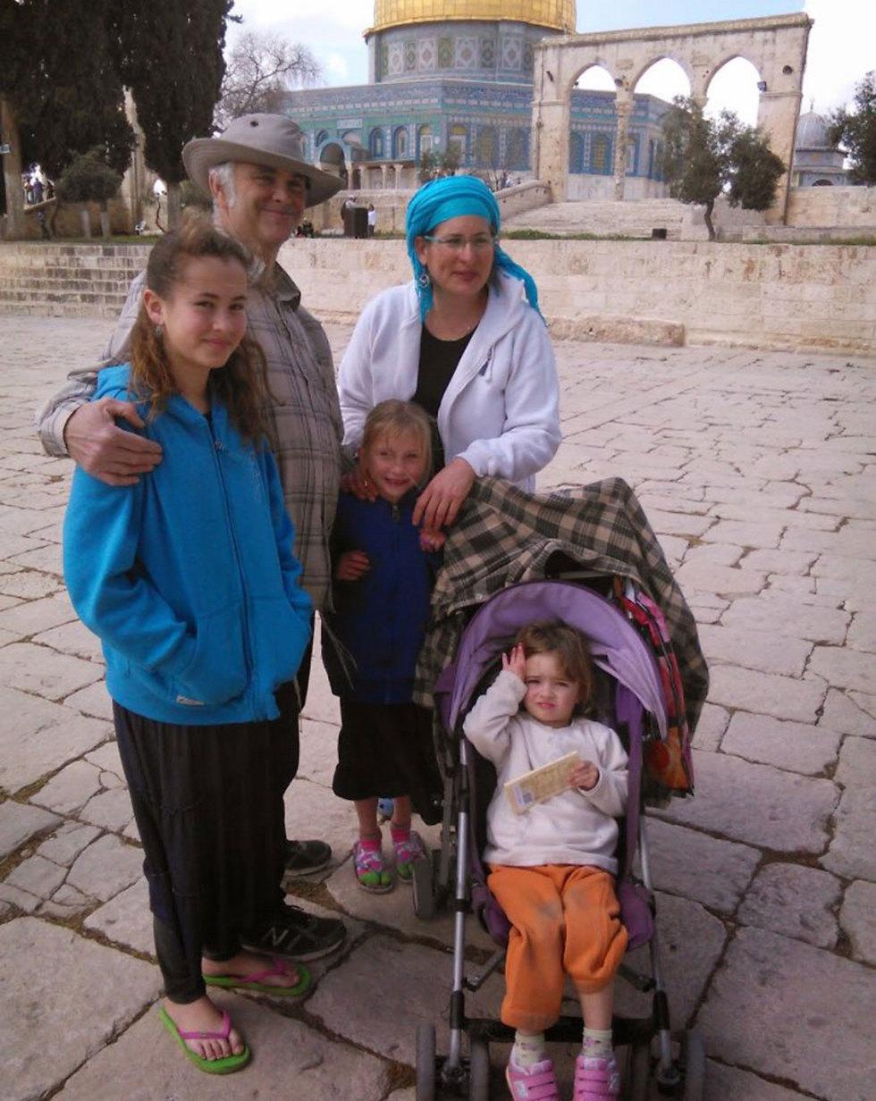 הלל אריאל (משמאל) עם משפחתה ()