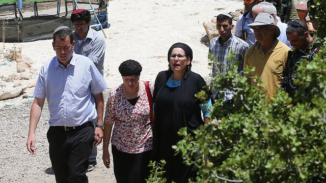 האימא רינה בעת שהגיע לבית אחרי הפיגוע (צילום: אוהד צויגנברג) (צילום: אוהד צויגנברג)
