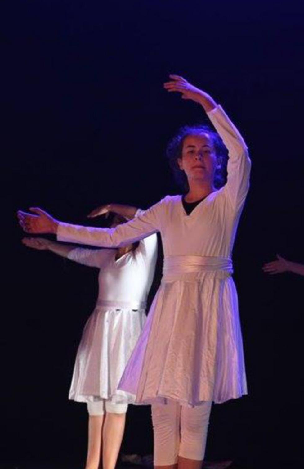 הלל רוקדת במופע שעות לפני שנרצחה בשנתה, ב-2016 (צילום: עמיחי מעטוף, באדיבות סטודיו הריקוד - מרכז למחול) (צילום: עמיחי מעטוף, באדיבות סטודיו הריקוד - מרכז למחול)