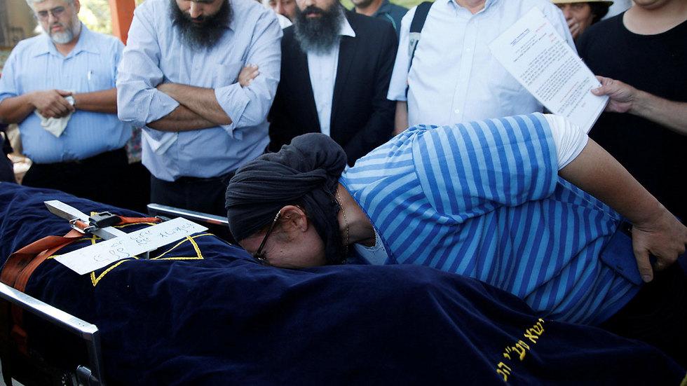 האם רינה ממררת בבכי בהלוויה (צילום: רויטרס) (צילום: רויטרס)