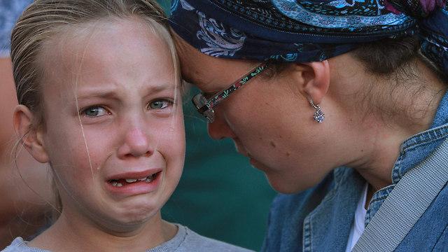 """הבת שירה בת ה-8 בהלוויית הלל ז""""ל (צילום: AFP) (צילום: AFP)"""