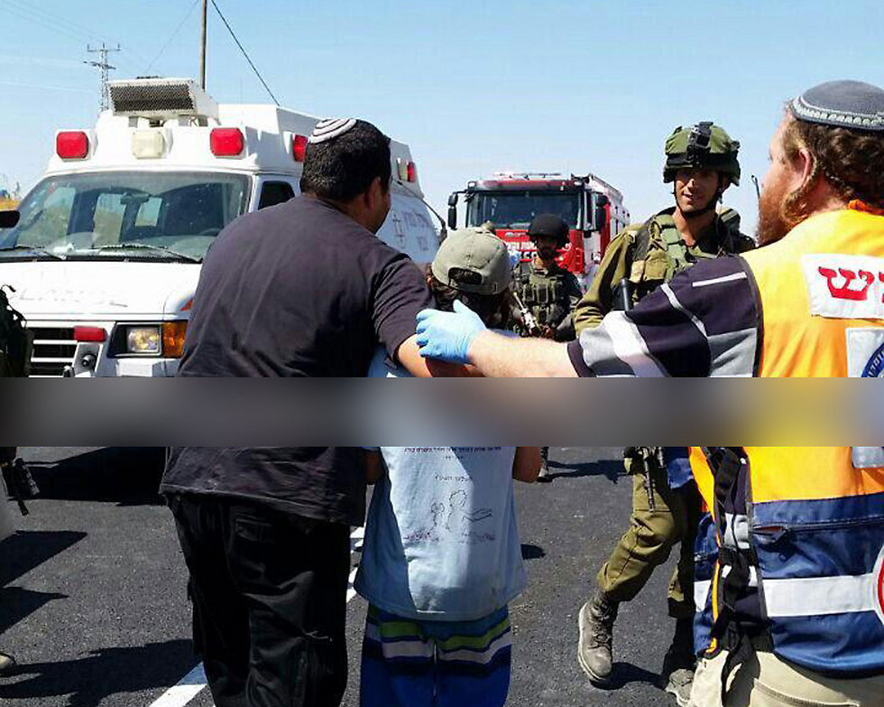 Paramedics evacuate a child from the scene (Photo: Hatzalah Yehuda/Shomron)