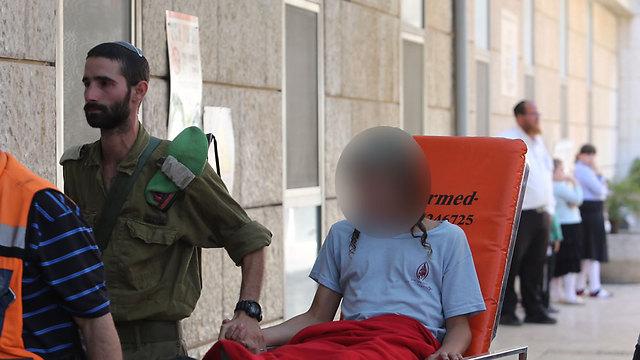 הבן הנער שנפצע קל מגיע לבית החולים (צילום: גיל יוחנן) (צילום: גיל יוחנן)