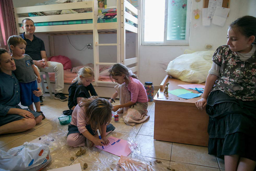 ילדים מציירים ומשחקים במקום שבו נרצחה הלל אריאל  (צילום: אוהד צויגנברג) (צילום: אוהד צויגנברג)