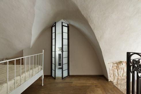 הדלת לחדר הרחצה הצמוד (צילום: גדעון לוין)
