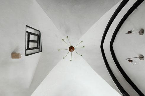 תקרת חלל הכניסה, עם החלון שנפתח ברום הקיר (צילום: גדעון לוין)