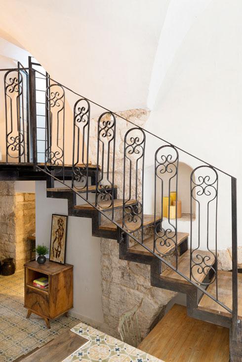 גומחת האבן לצד גרם המדרגות משמשת לחפצי נוי (צילום: גדעון לוין)
