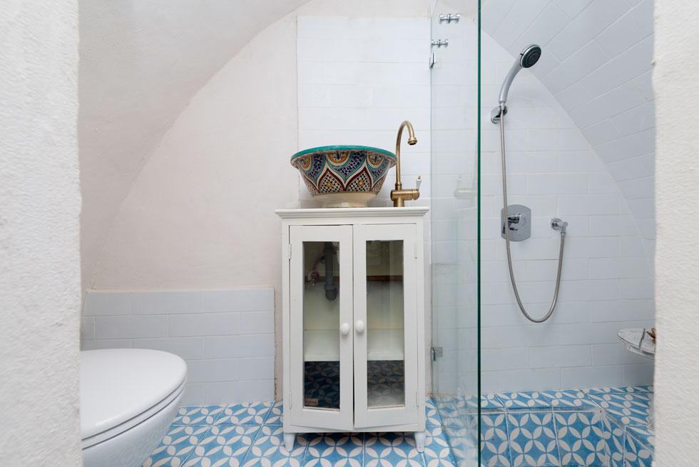 במקלחון יש אגנית שקועה ברצפה, כדי שהרוחצים יוכלו לעמוד למרות הקשת (צילום: גדעון לוין)