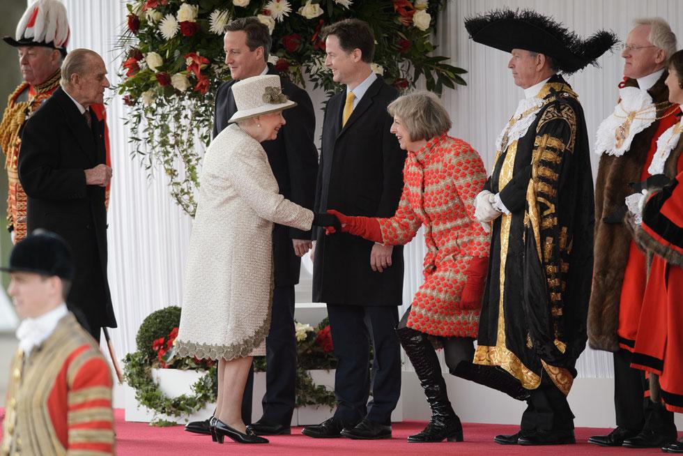 מערכת לבוש צבעונית ולא שגרתית. תרזה מיי במפגש עם מלכת אנגליה אליזבת השנייה (צילום: Gettyimages)
