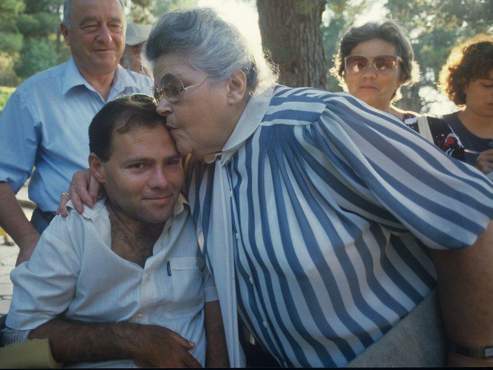 Hershko being kissed by Tzila Netanyahu, mother of Yoni Netanyahu and Prime Minister Benjamin Netanyahu (Photo: Zoom77)