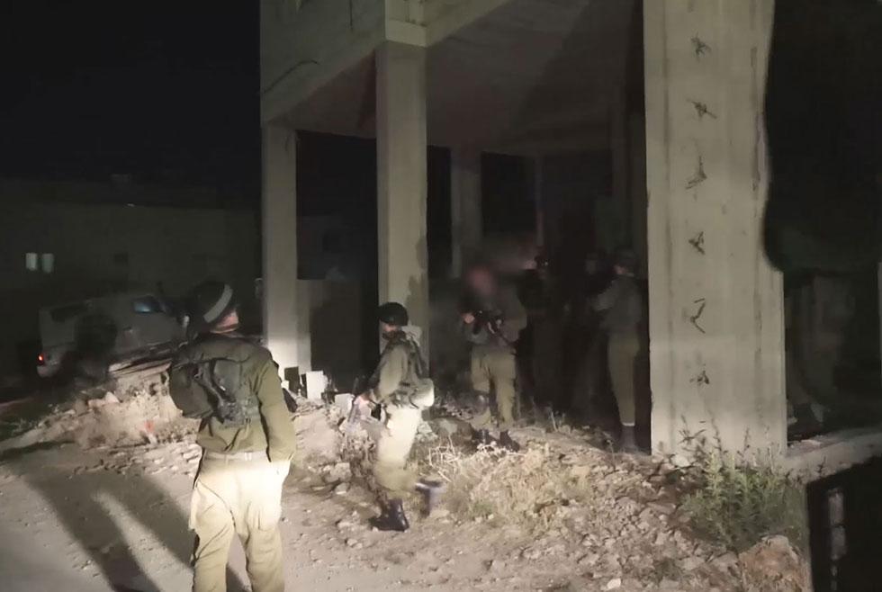 IDF arrest brothers of Mohammed Taraireh (Photo: IDF spokesperson's unit)