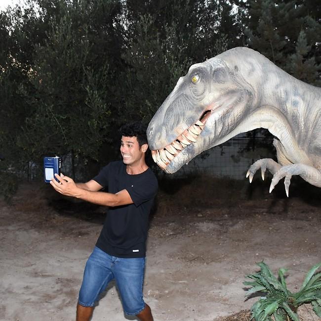 הגיוני בסך הכל. טל מוסרי בסלפי עם דינוזאור (צילום: אביב חופי)