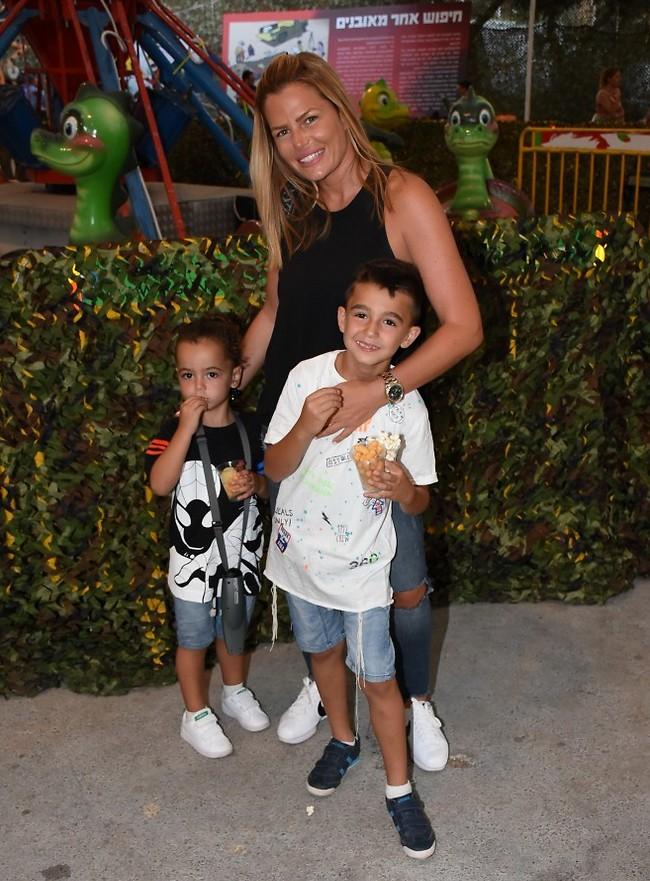 אמא יקרה לי. ענבל פרץ והבנים ליאל גבריאל ודניאל (צילום: אביב חופי)