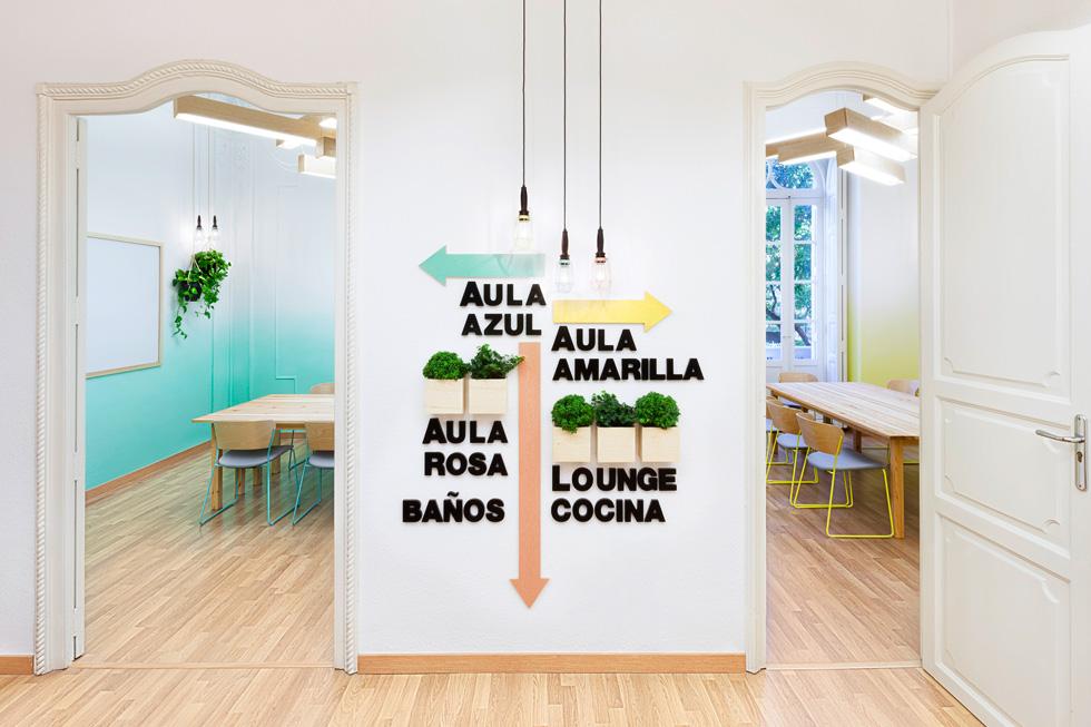 בית ספר ללימוד ספרדית, בעיצוב משרד המיתוג הספרדי masquespacio. עץ בהיר וגווני פסטל שיוצרים אווירה רגועה. צילום: Culiti