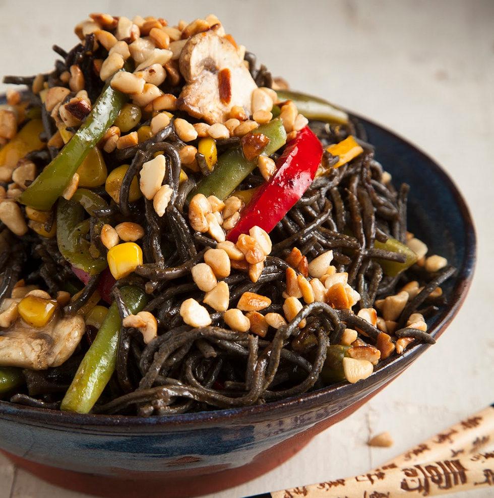 אטריות שעועית מוקפצות עם ירקות, בוטנים וג'ינג'ר (צילום: אפיק גבאי)