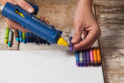 מורחים דבק על הצבעים (צילום: טל ניסים)