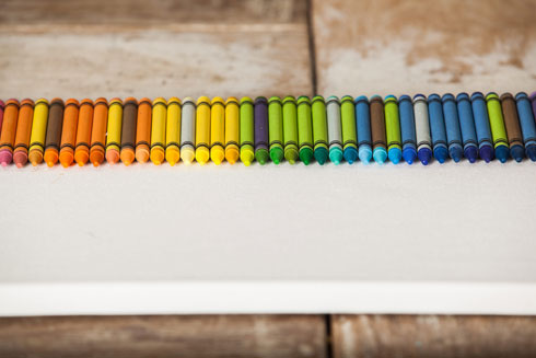 מדביקים צבע אחר צבע, כך שיהיו צמודים זה לזה, בהתאם לסדר הגוונים הרצוי (צילום: טל ניסים)