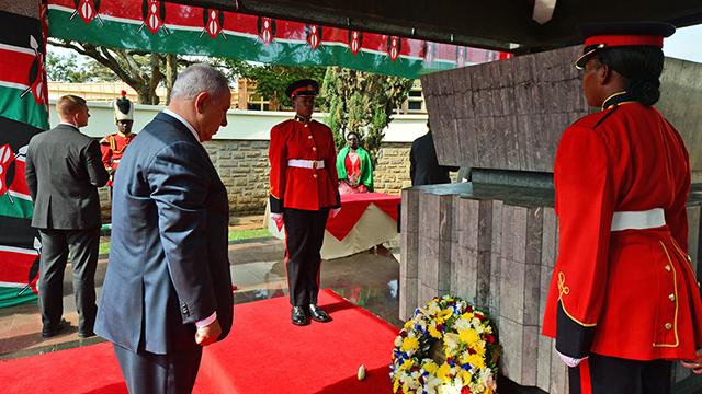 """נתניהו במוזוליאום של מייסד קניה ג'ומו קנייטה (צילום: קובי גדעון / לע""""מ) (צילום: קובי גדעון / לע"""