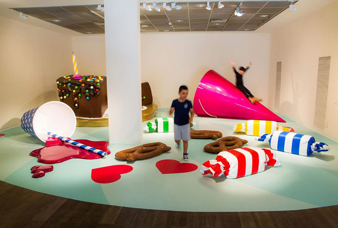 """""""עוגה עוגה"""" במוזיאון ישראל. """"שמחה, צבע וקריצה לאמנות הפופ"""" (צילום: אריק סולטן)"""