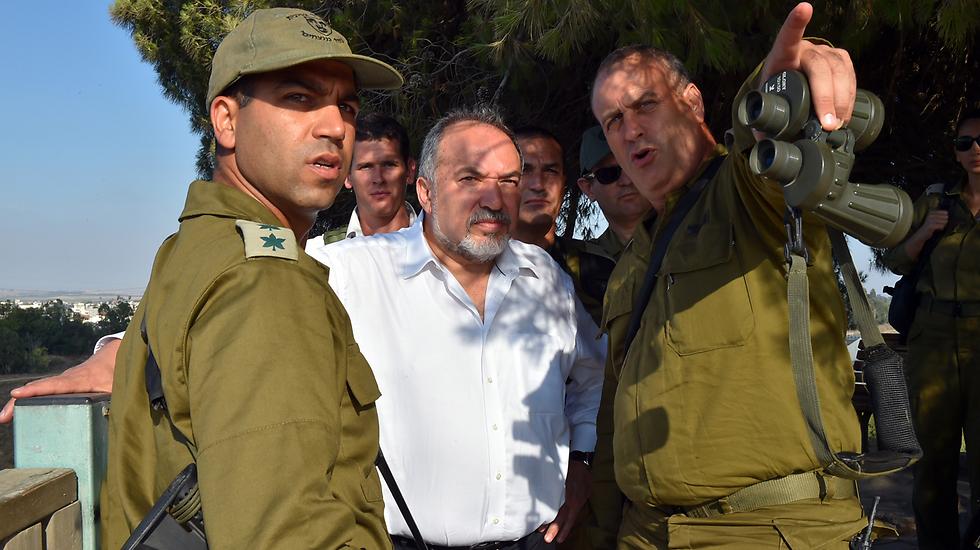 Defense Minister Lieberman on the border with Gaza (Photo: Ariel Hamony)
