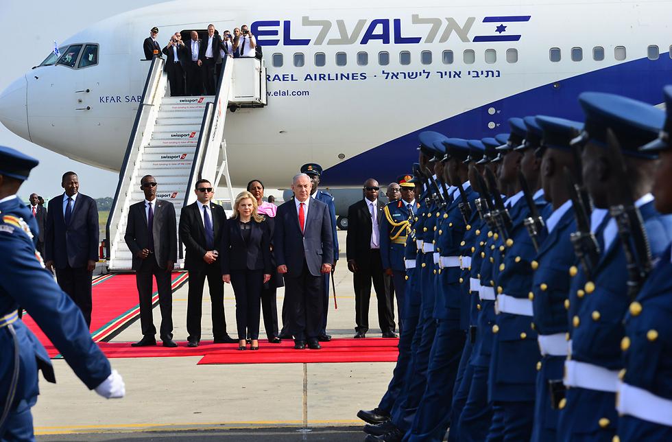 The Netanyahus preparing to board an El Al plane from Kenya to Rwanda (Photo: Kobi Gideon, Israeli GPO)